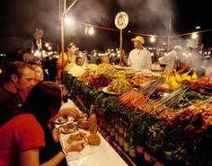 La placa del fina en Marrakech por la noche entre humo y olores de mucha variedades de comida