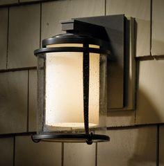 Voici un luminaire mural extérieur classique inspirée du style des lanternes d'une époque passée.