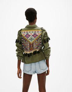 Cazadora bordado en espalda. Descubre ésta y muchas otras prendas en Bershka con nuevos productos cada semana