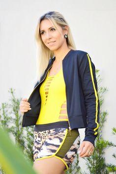 Look da linha CS Fitness! Olhe que máximo esse casaco na cor preta, com listras nas laterais na mesma trend do body, amarelo! Para fechar não poderia faltar o short em animal print! 💪