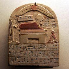 Stêle van de poortwachter van de Horudja-tempel voor Apis ~ ca. 2300 vC. ~ Beschilderd kalksteen ~ 20,2 x 16 x 3,3 cm. ~ Musée du Louvre, Parijs