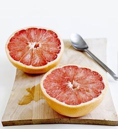 Rules of the Old Grapefruit Diet Eat half a grapefruit or 4 oz. 100% grapefruit juice before each meal. Eat two eggs and two slices of bacon for breakfast each day. Eat protein of your choice with salad and dressing for lunch. Dinner is meat, fish with vegetables. At bedtime, you have a glass of skim milk or tomato juice.