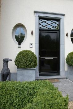 x LOVE this front door, color and all! Interior Exterior, Exterior Doors, Exterior Design, Black Front Doors, Front Door Colors, Door Design, House Design, Front Entrances, Entrance Doors