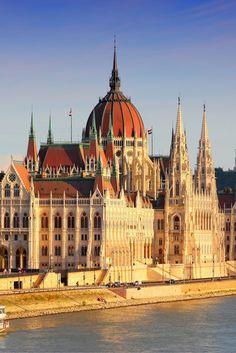 Boedapest is een prachtige historische stad waar van alles te beleven valt. Als je de foto's ziet weet je dat je heen moet om dit zelf te ontdekken. Wij hebben een stedentrip gevonden waar je extra blij van wordt, want je mag slapen in een luxe 4**** hotel! #Boedapest #Citytrip https://ticketspy.nl/city-trips/boedapest-here-i-come-luxe-4-citytrip-va-e139/