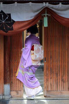 初寄り    1月13日。 祇園甲部の初寄りが行われました。 京舞の師匠である井上八千代邸に集まり、 稽古始めの挨拶を行い、より一層の精...