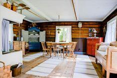 Perineinen tupa kesämökissä Summer House Interiors, Cottage Design, Log Homes, Living Room, Table, Finland Country, Furniture, Dom, Home Decor
