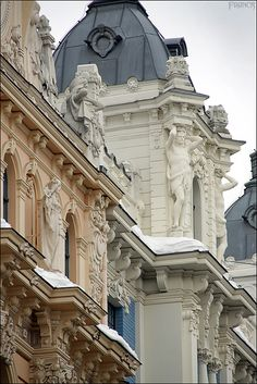 <3 French Architecture ...Gorgeous.    Classic combinations of art. Leodowellinteriors
