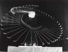 """【Harold Edgerton 镜头下的网球和高尔夫动作】哈罗德·埃杰顿,MIT的电气工程学教授,电子闪光灯的发明人。因为热衷于拍摄人眼看不到的快速现象和人体运动规律,他的很多作品被很多人封为现代艺术中的经典。然而他却一直说""""我并不是艺术家,只是一个工程师,我唯一追求的只有真相。"""""""