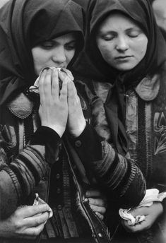 Korniss Péter: Gyászolók (SZÉK, 1972) Migrant Worker, Documentary Photographers, Folk Music, Dance Photography, Eastern Europe, Historical Photos, Traditional Outfits, Hungary, Documentaries