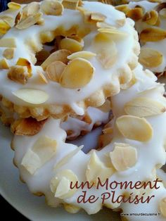lemon cookies w/lemon icing & almonds recipe (in French) Biscuit Cookies, Yummy Cookies, Chip Cookies, Lemon Cookies, Cookie Desserts, Cookie Recipes, Dessert Recipes, Arabic Food, Mini Cakes