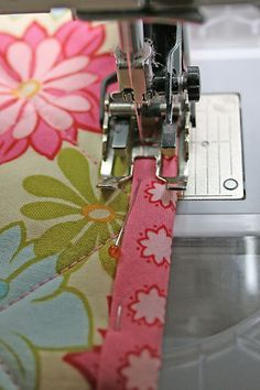 No Snit Binding (the step I always forget is to move the needle position over, then I feel annoyed with myself for forgetting again) Quilting Tips, Quilting Tutorials, Quilting Projects, Sewing Tutorials, Sewing Projects, Beginner Quilting, Machine Quilting, Diy Projects, Techniques Couture