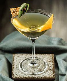 Já bebeu um drink vegetal herbal e floral que leva Ora-pro-nóbis dry vermouth Bénédictine Vodka Sobieski Estate Pernod e Macis? Ficou curioso para saber o sabor dessa criação? Venha provar o Chrysanthemum! Foto: @feltranfotografia #frankbar #frankbarsp #maksoudplaza #drinks #night #bar #experience #cocktails #brazil #saopaulo #hotelbar #bartender #craftcocktails #zucaronicocktails