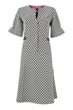 Kan man andet end blive forelsket i denne sort-hvide Erica kjole med pink detaljer. Det tror jeg ikke. Den er lavet i kraftig strik der falder flot ind til kroppen.