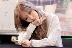 Moonbyul & T/n - One Shots - ♡Pequeños Detalles♡ Mamamoo Moonbyul, Solar Mamamoo, Fandom, Jiyong, Soyeon, Silver Hair, Girl Crushes, Me As A Girlfriend, South Korean Girls