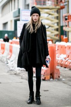 Model at New York Fashion Week Fashionista Trends, Berlin Street Style, Berlin Mode, Style Invierno, Camisa Oversized, Modell Street-style, Vintage Street Fashion, Look Girl, Cooler Look