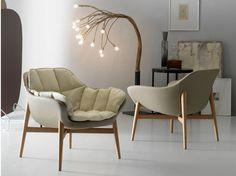 fauteuil design scandinave Manta en gris taupe à piétement en bois clair