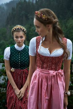 Blumen-Haarreif Dirndl Outfit - Bavarian/Austrian Traditional Female Peasant Clothing during the and Centuries. Later the Austrian upper classes adopted the dirndl as high fashion in the Oktoberfest Outfit, Julia Trentini, Peasant Clothing, German Costume, Dirndl Dress, Diy Mode, German Fashion, Unique Hairstyles, Folk Costume