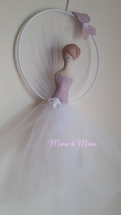 Delightful ballerina made by hand on a white metal support in the shape of a circle.The white tulle that collects the circle closes in a soft and graceful tutu on which rests the corset of the ballerina in antique pink linen. Backdrops For Sale, Pink Painting, Floral Hoops, Kids Room Wall Art, Girl Decor, Unicorn Party, Wedding Designs, Tutu, Dream Catcher
