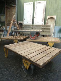 Oude industriële / vintage salontafel met wielen! www.burbri.nl , showroom met 5000 m2 antiek in Aalsmeer.