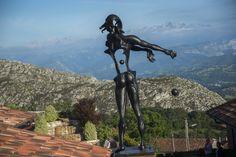 Newton de Dalí - En el centro de la plaza de Puebloastur les da la bienvenida un Bien de Interés Cultural, se trata de una reproducción a tamaño gigante del Newton surrealista de Salvador Dalí configurada a base de estructuras huecas y perfiles deformados, de la que sólo existen en el mundo 8 ejemplares autorizados.