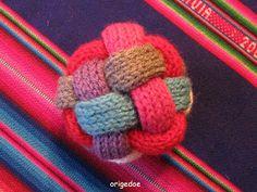 Breiproject.Haarlem: Leuke bal om te breien....(niet moeilijk !) Diy Arts And Crafts, Diy Crafts, Baby L, Baby Presents, Binky, Baby Knitting, Knitting Patterns, Knit Crochet, Craft Projects