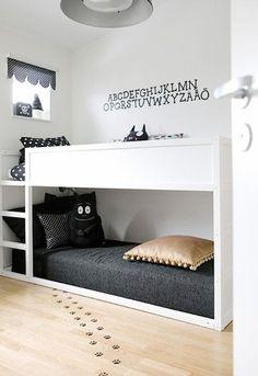 こちらは、IKEAでも人気のKURAベッド。白くペイントして男の子用2段ベッドとして使っています。 http://www.ikea.com/jp/ja/catalog/products/40253811/ 同じ白いベッドでも、シーツや枕は黒を中心に揃えている例です。キリッと引き締まる空間になります。 また、壁にアルファベットのウォールステッカーを貼ることで、ぼやけた印象になりません。