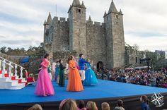 Actuación delante del Castillo de Santa María da Feira