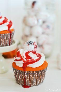 Easy Halloween Bloody Eyeball Cupcakes  #dessert #cupcake #halloween