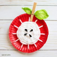 Paper plate yarn weaving apple craft for kids to make this fall. Apple core craf… Paper plate yarn weaving apple craft for kids to make this fall. Crafts For Kids To Make, Kids Crafts, Easy Crafts, Craft Projects, Craft Ideas, Autumn Crafts Kids, Fun Ideas, Paper Plate Crafts, Paper Plates