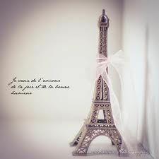 """Tour eiffel avec la citation:""""je veux de l'amour, de la joie et de la bonne humeur""""."""