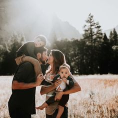 Yosemite light and lovers. // These guys… forever one of our favorite families… Yosemite light and lovers. // These guys… forever one of our favorite families. Family Of 4, Fall Family Photos, Baby Family, Family Goals, Family Kids, Happy Family Pictures, Family Photo Sessions, Family Posing, Happy Together