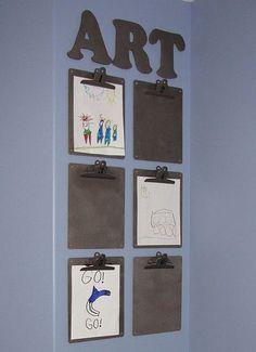 Coin art pour afficher les dessins des enfants - décliner avec des cadres vides format A4 pour simuler une galerie d'art, achetés chez Emaüs