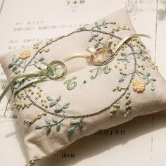 「リングピローと結婚証明書と宣誓台。 結婚式のDIYで一番頑張った、リングピロー♡笑 今でもお気に入りです☆…」刺繍 yellow green ringpillow