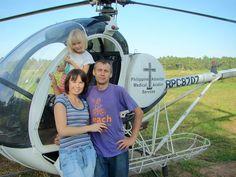 львів'яни Андрій і Тетяна Мершалови на Філіппінах служать на гелікоптері. обслуговуючи гірські місії різних деномінацій на острові Пелеван.