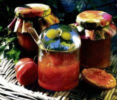 När plommonen mognar till sommaren ska du passa på att göra egen marmelad. Denna plommonmarmelad med stänk av citron är söt och god och har bra hållbarhet. Ät plommonmarmeladen på smörgås eller använd den som fyllning i tårta eller rulltårta.