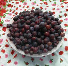 Als zelfs ik jam kan maken, kan jij het ook. Vandaag een beeldverhaal, om het allemaal nóg duidelijker uit te leggen. Ik deed het in mijn Franse leen-buitenhuisje met pruimen. Heel veel pruimen.Je hoefde maar even de andere kant op te kijken of er waren er alweer honderd uit de boom gevallen. Daar viel bijna … Chutney, Minions, Plum, Blueberry, Good Food, Homemade, Snacks, Make It Yourself, Fruit