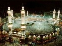 The holiest shrine in Islam, the Kaaba, is housed in the Al-Haram Mosque in Makkah. Learn more about this holy site and famous landmark. Famous Buildings, Famous Landmarks, Famous Places, Alhamdulillah, Beautiful Mosques, Beautiful Places, Wonderful Places, Amazing Places, Dubai