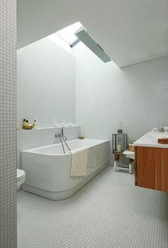 Overlyset er nordvendt og slipper inn litt sol om morgenen eller kvelden, avhengig av årstid. Det er montert en uplight, slik at det mørke området ved glasstaket kan bli opplyst om kvelden. Mosaikkflisene er fra Bisazza. Belysning i overlys er d124 fra iGuzzini. Styling: Tone Kroken. Architecture, My House, House Ideas, Bathtub, Lighting, Places, Design, Bathroom Ideas, Bathrooms