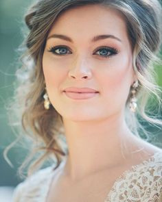 Alô noivas e madrinhas! Olha essa inspiração de maquiagem e penteadoFiquei apaixonada!
