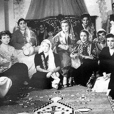 فرقة موسيقية لنساء عاصميات (الجزائر). Groupe Musical de Femmes Algéroises ,Algérie . #algerie #algeria #peinturedalgerie #alger #art #art #artwork #artofinstagram #photo #photography #photographer #الجزائر #الجزائر_المحمية_بالله #تاريخ_الجزائر #الجزائر_قديما #اللباس_التقليدي_الجزائري