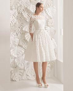 Vestido curto de guipura, em cor natural. Vestido comprido de guipura, em cor natural.