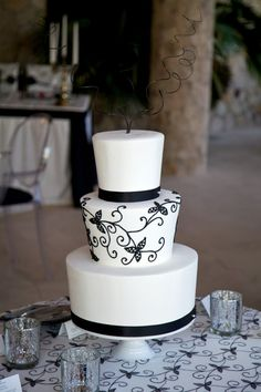 Chic black and white cake table in Los Cabos #wedding #black #white #cake #chic #decor