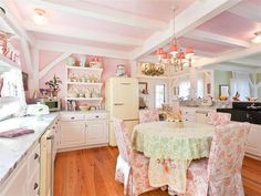 Kirstie Alley's Maine Home!  LOVE THE GIRLY PINK!