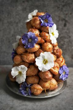 croquembouche recipe--- this is messily beautiful Just Desserts, Delicious Desserts, Dessert Recipes, Yummy Food, Unique Desserts, Profiteroles, Eclairs, Cannoli, Sweets