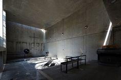 兵庫県神戸市にある旧六甲オリエンタルホテルの結婚式場として使用されていた教会堂を37枚の写真と建築データで紹介。光と闇の対比をテーマに設計されたコンクリートの箱は安藤氏が初めて手がけた教会堂建築。