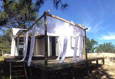 cabaña de madera con amplio deck en playa serena, la paloma