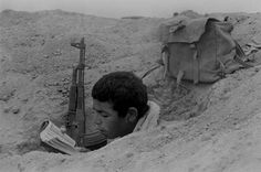 📍Sinai - 1973 🇪🇬 an Egyptian soldier reading the holy Qur'an during the October war with Israel William Faulkner, Lewis Carroll, October War, Naher Osten, Art Of Letting Go, Iraqi Army, Wonderland, World Conflicts, Old Egypt