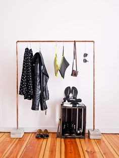 DIY copper clothingrack with cement. Great idea! DIY koperen kledingrek met betonnen poot. Goed idee!