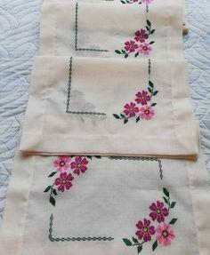 Fotoğraf açıklaması yok. Christmas Embroidery Patterns, Embroidery Patterns Free, Hand Embroidery Stitches, Hand Embroidery Designs, Floral Embroidery, Cross Stitch Embroidery, Knitting Patterns, Cross Stitch Designs, Cross Stitch Patterns