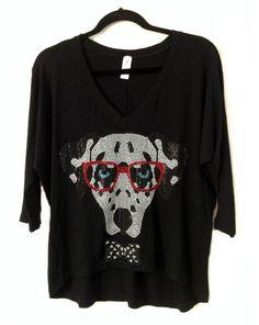 Camisa modelo arredondeada en tela de visco negra con aplique en bling perro